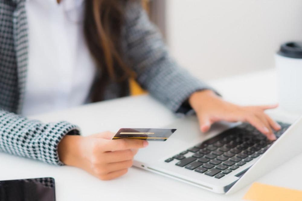 Безналичные операции по платежным карточкам выросли в 2,5 раза