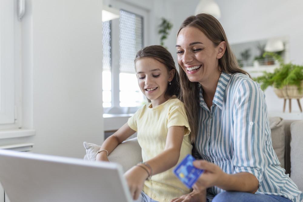 Мектеп оқушыларына арналған онлайн-банкинг: қаржыны қашықтан қалай басқаруға болады